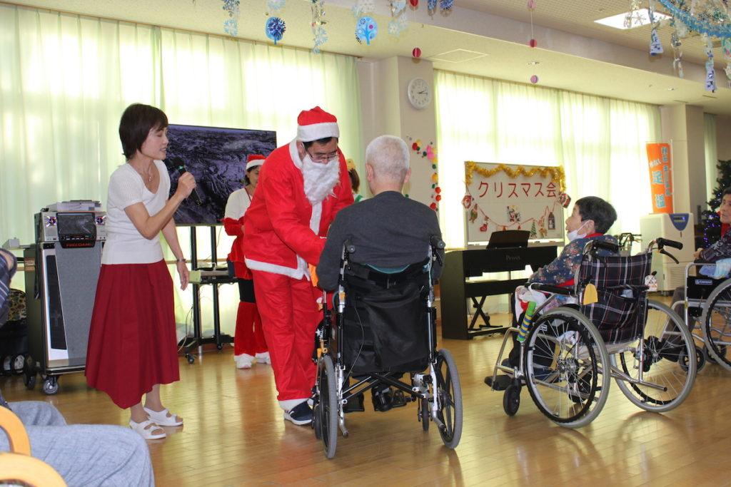 トワーム熊谷クリスマス会の様子 プレゼントを渡している様子
